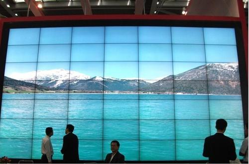 Digital signage with gap in between